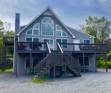 Family Affair Lakeside Chalet⭐️8bd/4bt⭐️Lake Beach