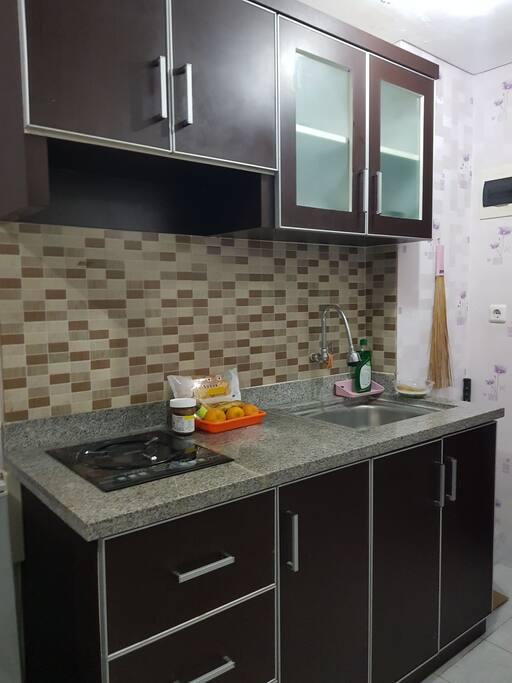 Kitchen set dan peralatan makan yang sudah tersedia