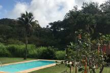 piscina nos jardins do sítio