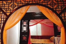 """""""听风吹雪""""房:老式雕花大床,可住2人,房内配有独立卫生间,及罗汉床可供客人喝茶品茗。"""