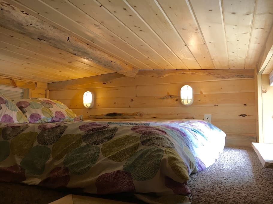 Sleep well in our cozy loft, equipped with a queen futon bed, soft pillows and warm blankets.   Note: this space may be difficult for people with limited mobility.