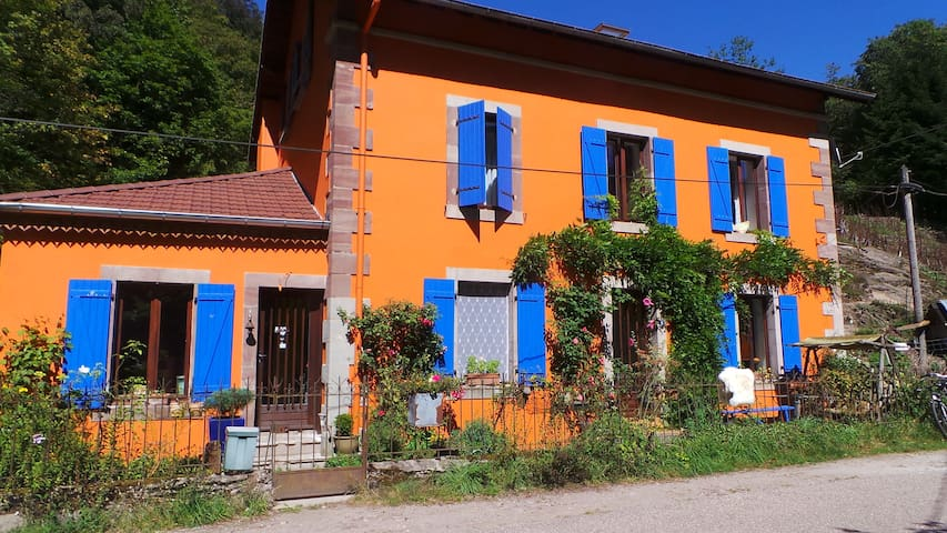Countryside B&B  Vosges Red Room - Le Val-d'Ajol - Bed & Breakfast
