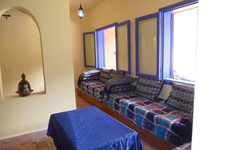 Intérieur : quiétude bleue Majorelle 3 sofas possibilité de couchage très confortable