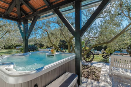House Stipe - charming house with hot tub! - Zaravecchia