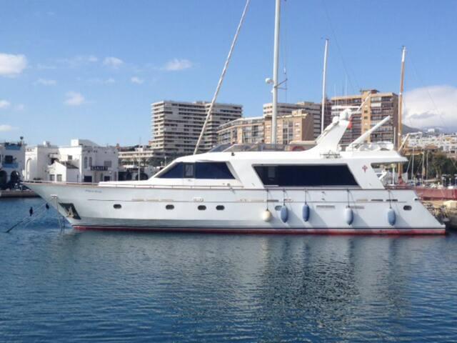 Suite en Motor Yacht de lujo en Port Forum