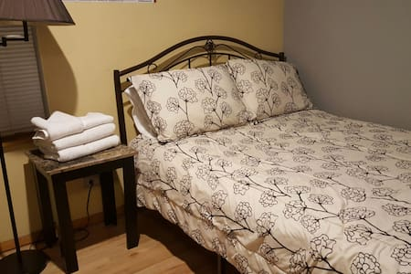 Private room & awesome location :)! - Chicago - Apartment