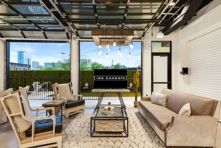 Inn Cahoots on 6th: 5BR/13Beds,Pool,Roofdeck (U1)