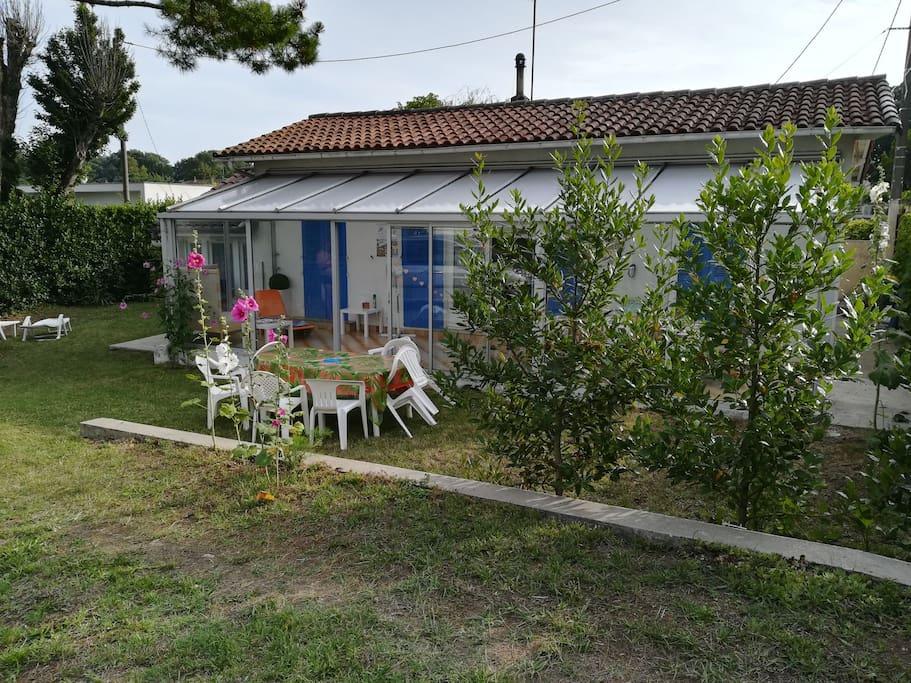 Maison individuelle avec jardin faisant le tour de la maison
