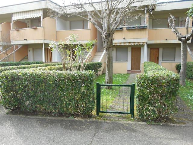 Bilocale case a schiera piano terra con giardino