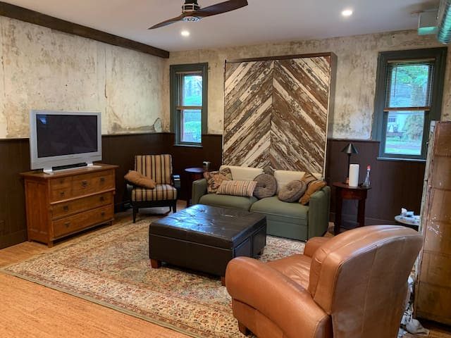 City Center Carriage House w Murphy Bed & Parking