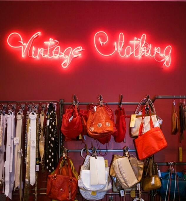 SHOPPING Södermalm bjuder på Stockholms bästa shopping. Från nya heta designers till vintage, kitchigt, medvetet hantverk och mängder med små second hand butiker varvas med senaste nytt.