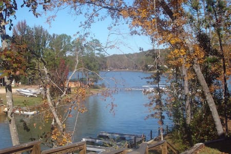 Gorgeous Lake Cabin across from Chucks Marina