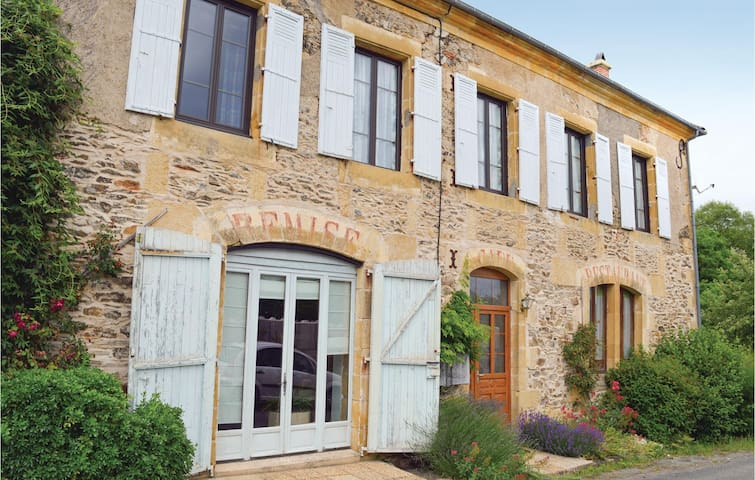 Holiday cottage with 5 bedrooms on 200 m² in Dussac