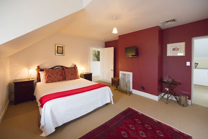 The Racecourse Inn - upstairs Queen room. - Longford - Bed & Breakfast