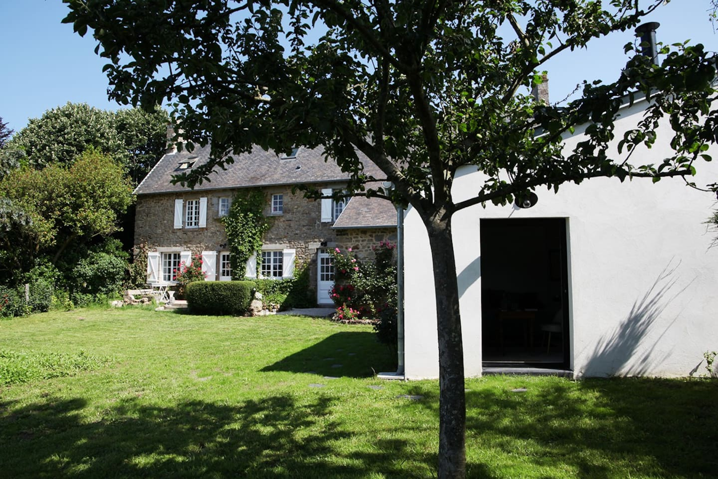 La maison et la chambre d'hôtes à droite, avec son accès et son entrée indépendante en rez de jardin.