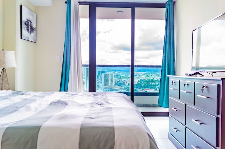 Habitación principal con acceso al balcón, con una vista espectacular.  Master bedroom with access to the balcony, with a spectacular view.