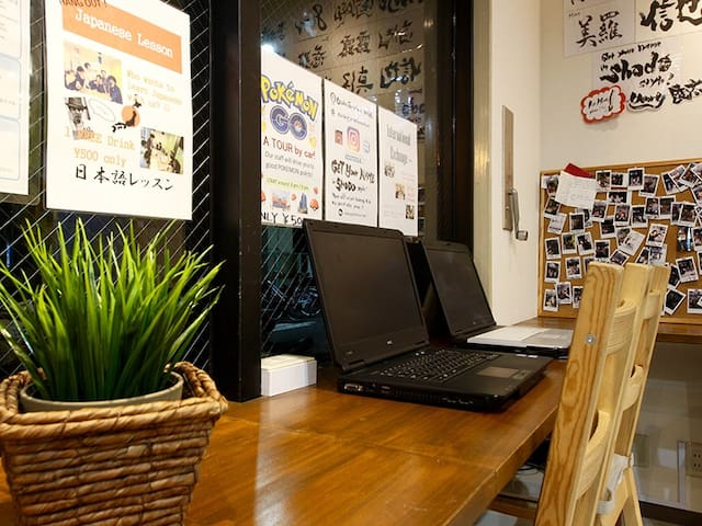 Laptops are featured in the living room, free of charge. リビングにはご自由にお使い頂けるパソコンをご用意しております。