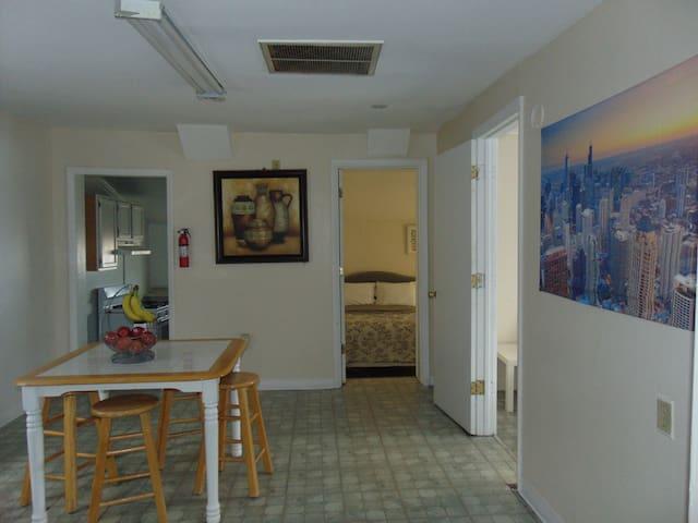South Loop 2 bedroom, bathroom, free parking, WiFi