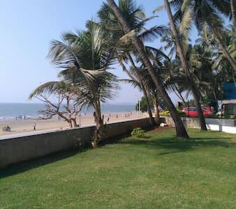 Sanctuary next to Juhu Beach - Bombai