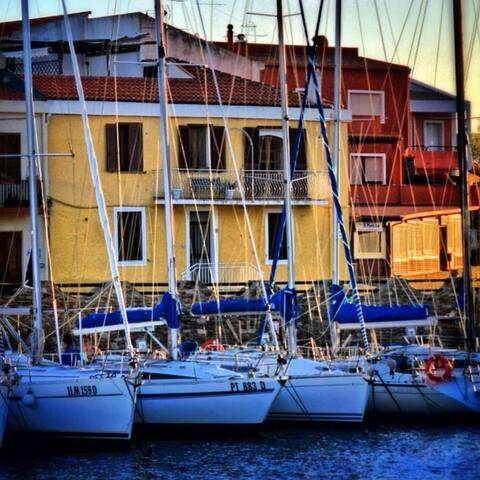 Romantic apartment on the harbor