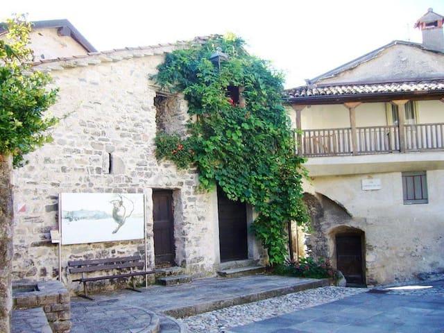 Appartamento in corte medievale - Caglio - Huoneisto