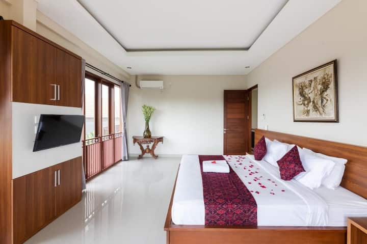 Loka Room in Spacious Villa with Tropical Pool.