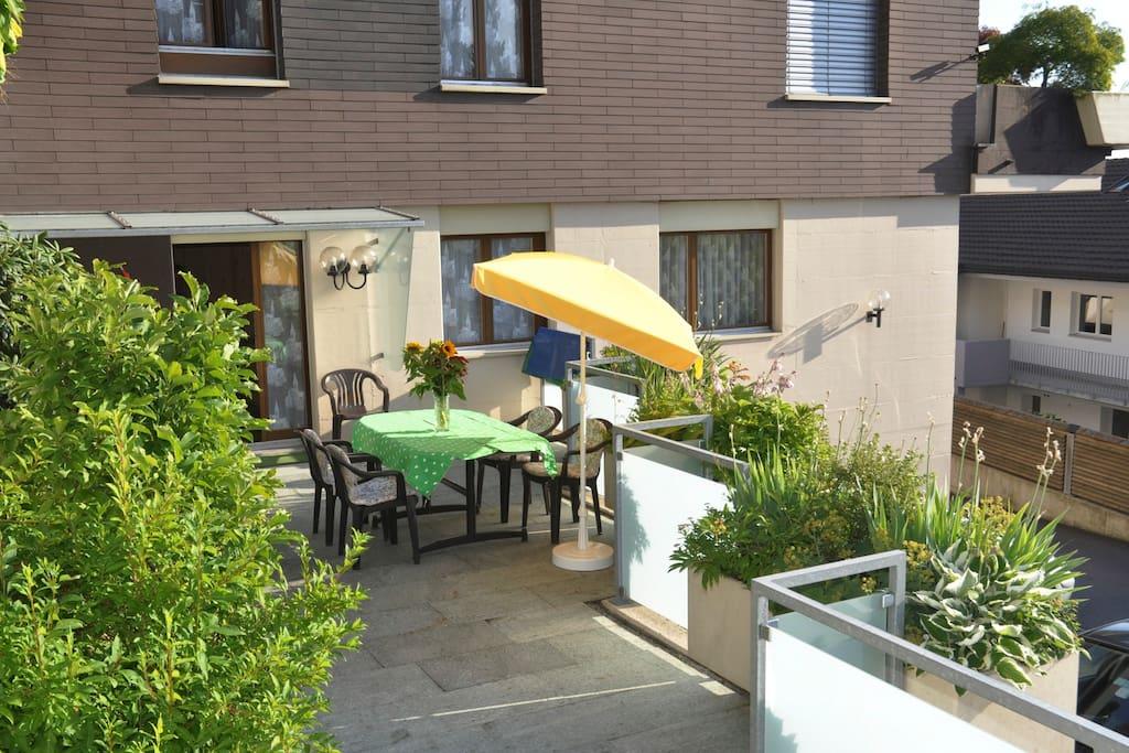 Ihre Terrasse mit Gartenmöbeln und Sonnenschirm  Your terrace with garden furniture and sun umbrella