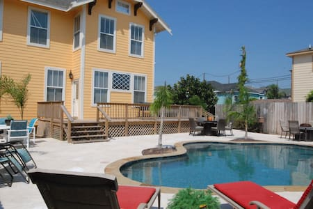 The Sunrise Oasis - NEW REMODEL W/SWIMMING POOL! - Galveston