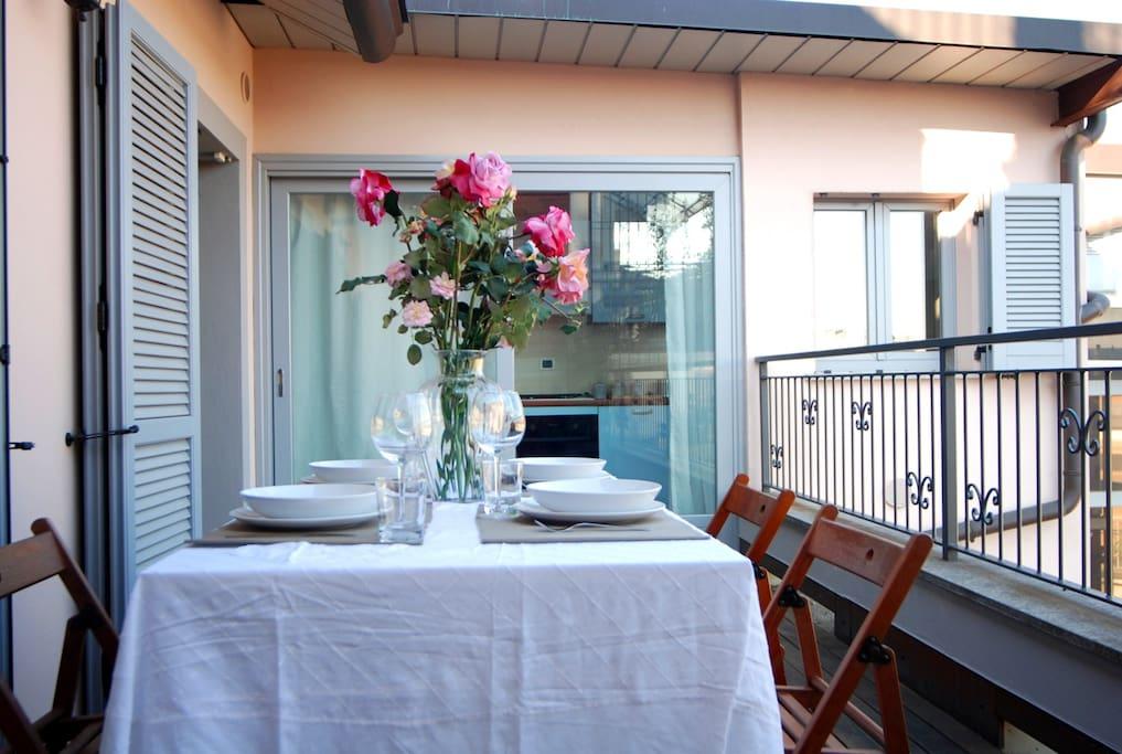 Immagine con altra angolatura del terrazzino a cui si accede tramite la cucina e la sala. Il terrazzo essendo su un piano alto ha una panoramica favolosa su Milano.
