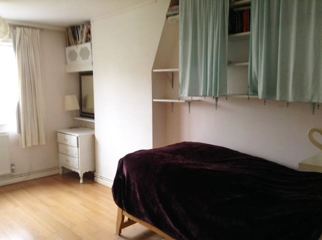 Bethnal Green, bright room to let, near to tube