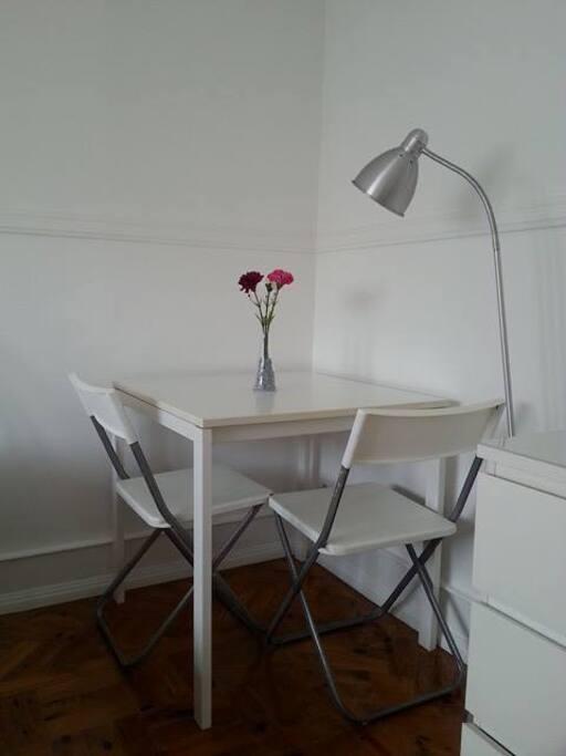 mesa para trabalho e refeições