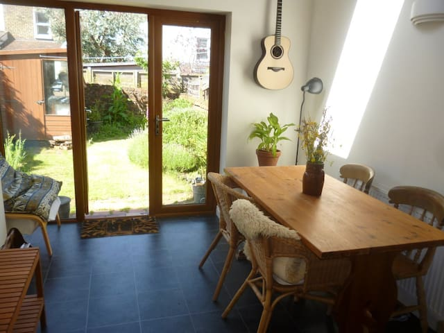 Sunny, peaceful room in laid back Southville home - Bristol - House