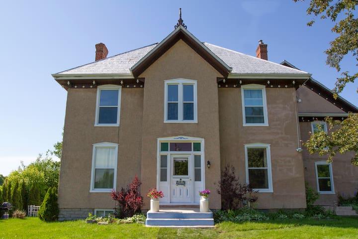 Meraki County Suites - Heritage Suite