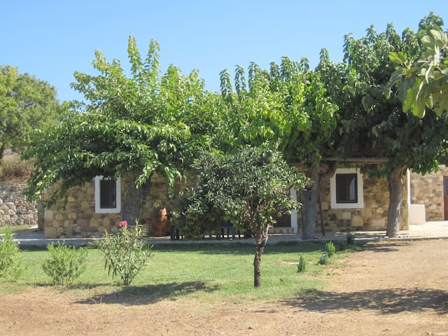 The Stone Cottage, peace and privacy - Zipari - House
