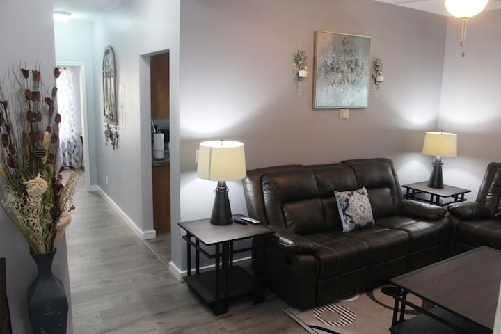 Newly Renovated 2 bedroom Near The Airport