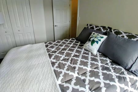 Claresholm Modern Condo- Sleeps 5