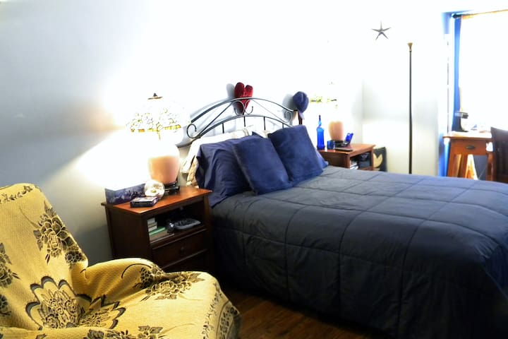 Cozy Blue room in Historic home Fun & Airp't close