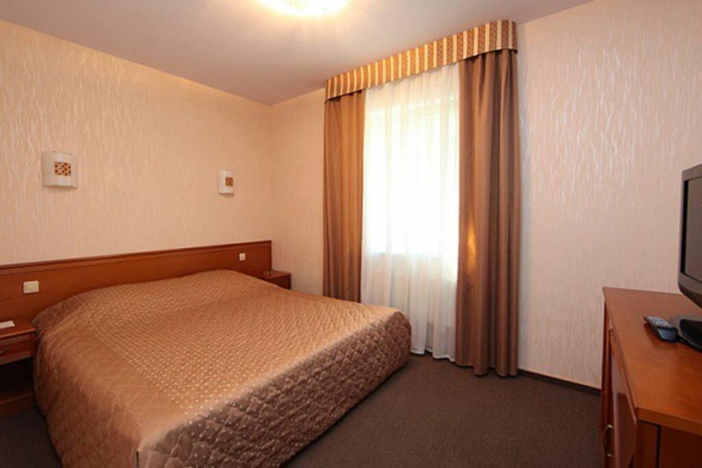 Двуспальная кровать на первом этаже