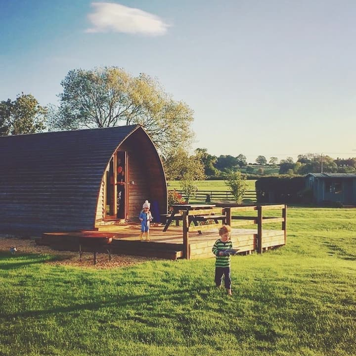 COTSWOLD GLAMPING IN A COSY WOODEN CABIN