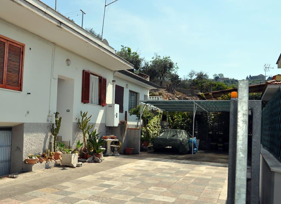 Cortile in comune, parcheggiare l'auto sempre sul lato sinitro; lato abitazione.