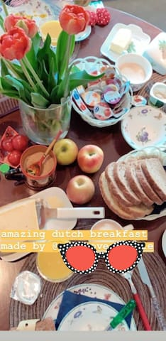 Your place at the breakfast table is reserved for you on request. We love to meet and have a chat. Prefer the privacy of your room? We bring a basket and fill your minibar with a smile! 15 euro for 1 and 25 euro for two ....