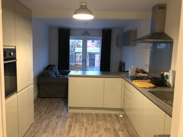 Newly renovated house in town center- private room