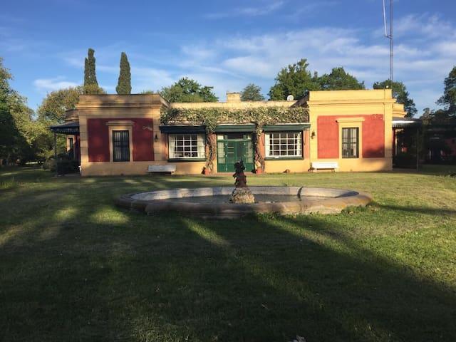 """Tradicional estancia pampeana """"El Tordillo"""""""