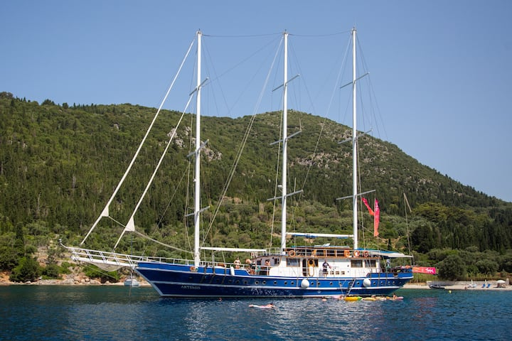 Private Yacht Hostel ( Double Cabin)