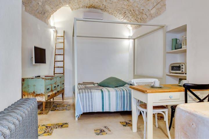Charming retreat in the heart of the stunning Città Bianca - walk everywhere!
