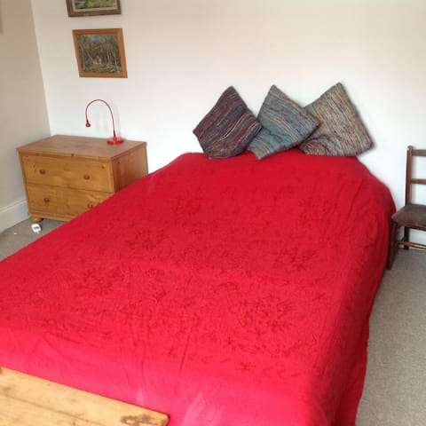Quiet double room close to Gloucester Rd BS7 - Bristol - House