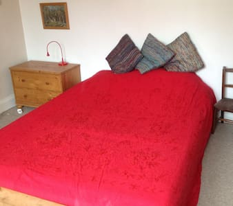 Quiet double room close to Gloucester Rd BS7 - Bristol - Ház