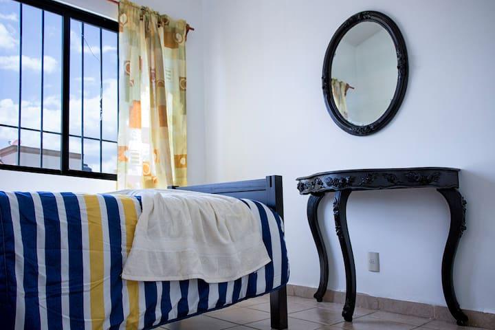 Habitación cómoda e iluminada en zona residencial