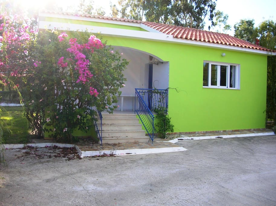 Fully equipped and comfortable villa (50m2) with two bedroom. The apartments are comfortable, and afford air-conditions, televisions and wireless-internet.