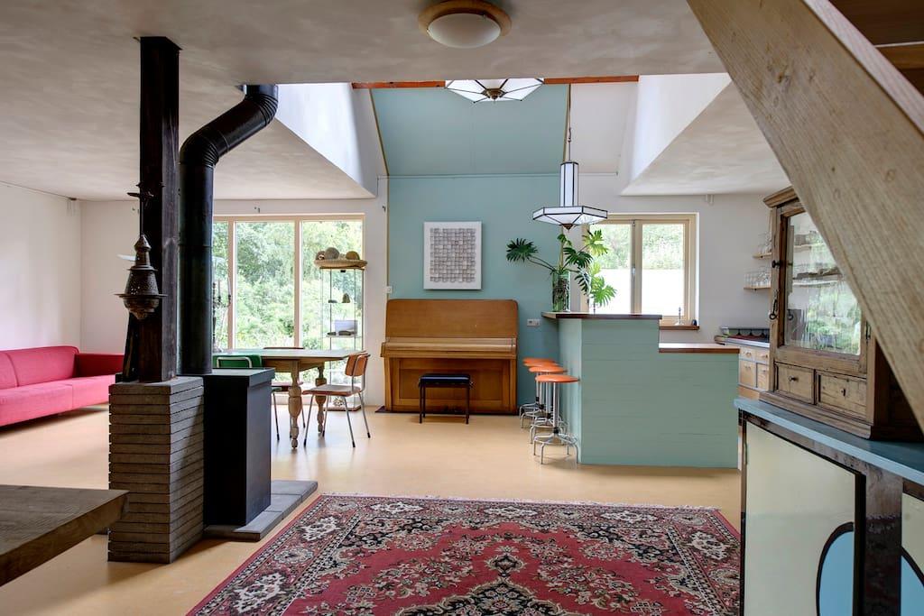gemeenschappelijke ruimte met bar/ keuken en houtkachel